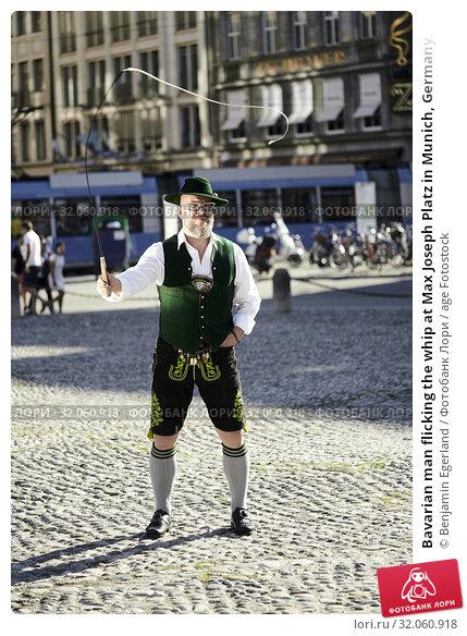Bavarian man flicking the whip at Max Joseph Platz in Munich, Germany. Стоковое фото, фотограф Benjamin Egerland / age Fotostock / Фотобанк Лори