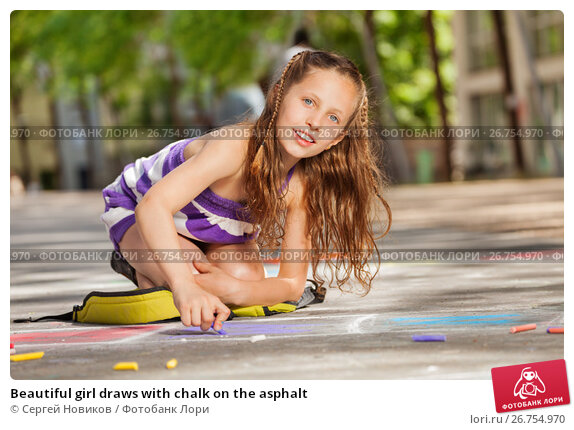 Beautiful girl draws with chalk on the asphalt, фото № 26754970, снято 17 июня 2017 г. (c) Сергей Новиков / Фотобанк Лори