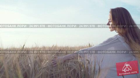 Купить «Beautiful woman in a field», видеоролик № 24991978, снято 31 марта 2020 г. (c) Raev Denis / Фотобанк Лори
