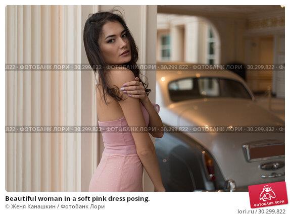 Купить «Beautiful woman in a soft pink dress posing.», фото № 30299822, снято 19 января 2019 г. (c) Женя Канашкин / Фотобанк Лори