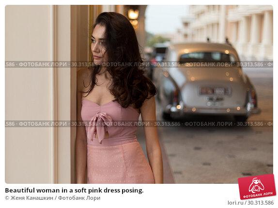 Купить «Beautiful woman in a soft pink dress posing.», фото № 30313586, снято 19 января 2019 г. (c) Женя Канашкин / Фотобанк Лори