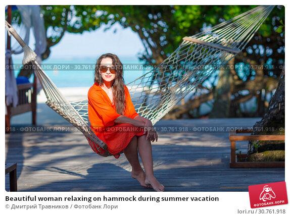 Купить «Beautiful woman relaxing on hammock during summer vacation», фото № 30761918, снято 31 марта 2015 г. (c) Дмитрий Травников / Фотобанк Лори