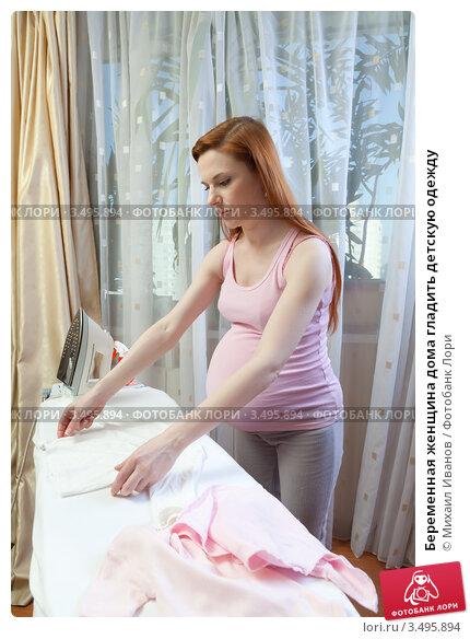 Девушка себя гладит