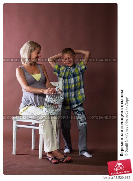 Беременная женщина с сыном. Стоковое фото, фотограф Daniil Nikiforov / Фотобанк Лори