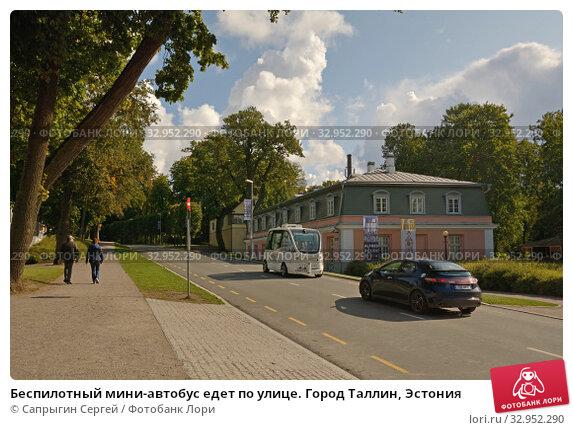 Беспилотный мини-автобус едет по улице. Город Таллин, Эстония (2019 год). Редакционное фото, фотограф Сапрыгин Сергей / Фотобанк Лори
