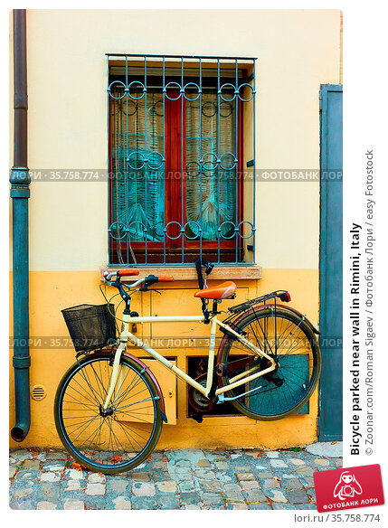 Bicycle parked near wall in Rimini, Italy. Стоковое фото, фотограф Zoonar.com/Roman Sigaev / easy Fotostock / Фотобанк Лори