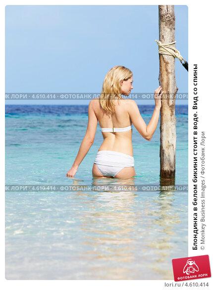 Блондинка со спины в белом бикини