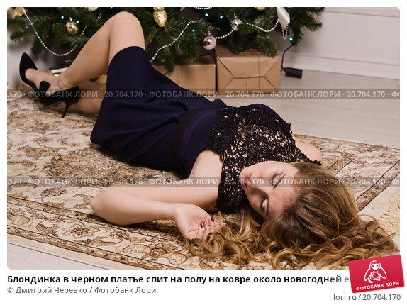 блондинка с большими спит