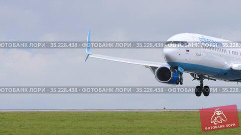 Boeing 737 approaching and landing. Редакционное видео, видеограф Игорь Жоров / Фотобанк Лори