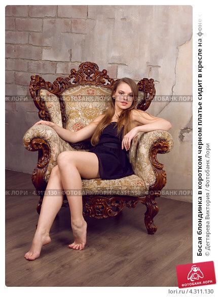 девушка позирует на кресле фото