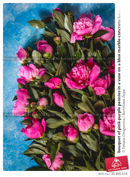 bouquet of pink-purple peonies in a vase on a blue marble-concrete background. View from above. Flat Lay. Стоковое фото, фотограф Tetiana Chugunova / Фотобанк Лори