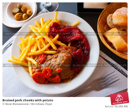 Braised pork cheeks with potato. Стоковое фото, фотограф Яков Филимонов / Фотобанк Лори