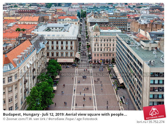 Budapest, Hungary - Juli 12, 2019: Aerial view square with people... Стоковое фото, фотограф Zoonar.com/T.W. van Urk / age Fotostock / Фотобанк Лори