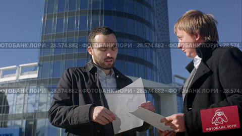Купить «Businessman tear blank paper on meeting outdoor», видеоролик № 28574882, снято 12 октября 2015 г. (c) Vasily Alexandrovich Gronskiy / Фотобанк Лори