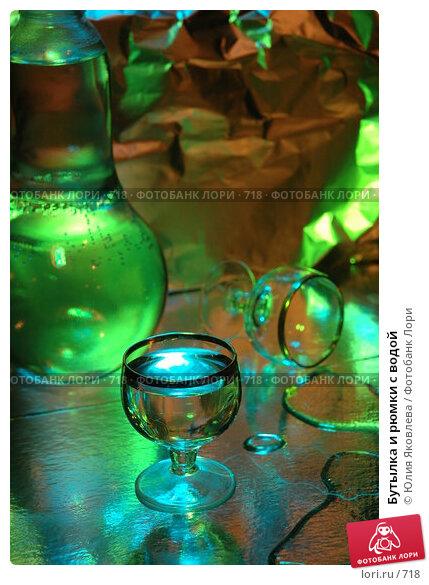 Бутылка и рюмки с водой, фото № 718, снято 24 февраля 2005 г. (c) Юлия Яковлева / Фотобанк Лори