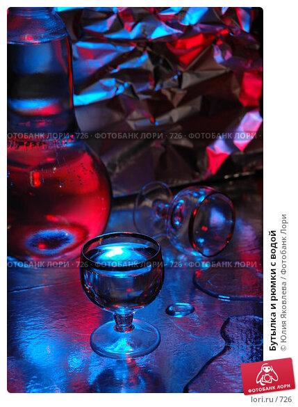 Бутылка и рюмки с водой, фото № 726, снято 24 февраля 2005 г. (c) Юлия Яковлева / Фотобанк Лори