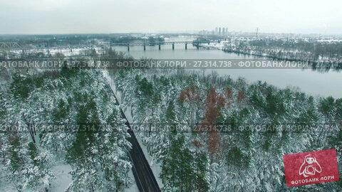 Купить «Car driving through snowy pine forest in winter aerial drone footage», видеоролик № 27314738, снято 21 декабря 2017 г. (c) Ярослав Ковальчук / Фотобанк Лори