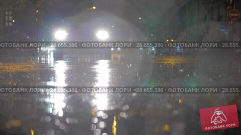 Купить «Cars driving under the rain at night», видеоролик № 28655386, снято 29 сентября 2017 г. (c) Данил Руденко / Фотобанк Лори