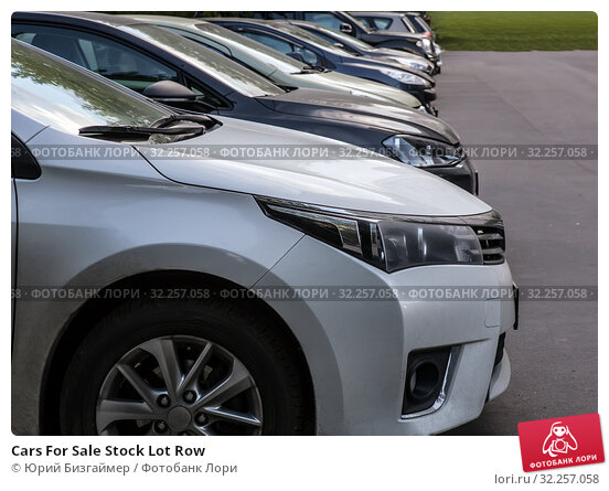 Купить «Cars For Sale Stock Lot Row», фото № 32257058, снято 21 июня 2018 г. (c) Юрий Бизгаймер / Фотобанк Лори