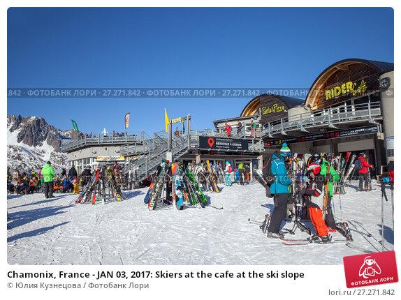 Купить «Chamonix, France - JAN 03, 2017: Skiers at the cafe at the ski slope», фото № 27271842, снято 3 января 2017 г. (c) Юлия Кузнецова / Фотобанк Лори