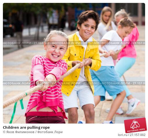 Купить «Children are pulling rope», фото № 27157002, снято 7 сентября 2017 г. (c) Яков Филимонов / Фотобанк Лори