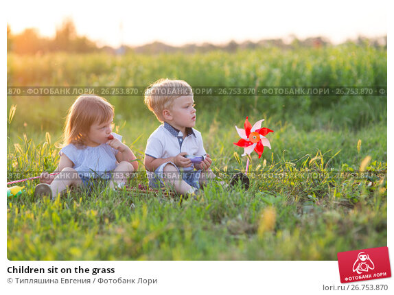 Children sit on the grass, фото № 26753870, снято 21 июня 2017 г. (c) Типляшина Евгения / Фотобанк Лори