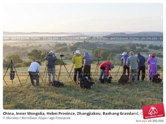 Купить «China, Inner Mongolia, Hebei Province, Zhangjiakou, Bashang Grassland, Colline landscape, Landscape photographers at sunrise.», фото № 29398094, снято 1 июля 2018 г. (c) age Fotostock / Фотобанк Лори