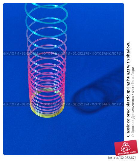 Classic colored plastic spring hungs with shadow. Стоковое фото, фотограф Ярослав Данильченко / Фотобанк Лори