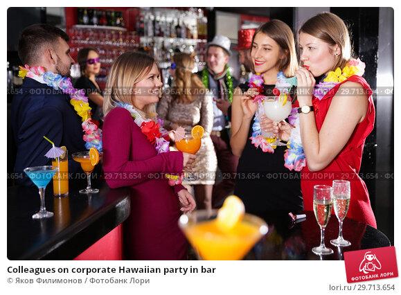 Купить «Colleagues on corporate Hawaiian party in bar», фото № 29713654, снято 29 ноября 2017 г. (c) Яков Филимонов / Фотобанк Лори