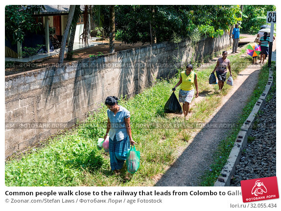 Common people walk close to the railway that leads from Colombo to Galle. The coastal line is a major railway on the south-west side of the island. Стоковое фото, фотограф Zoonar.com/Stefan Laws / age Fotostock / Фотобанк Лори