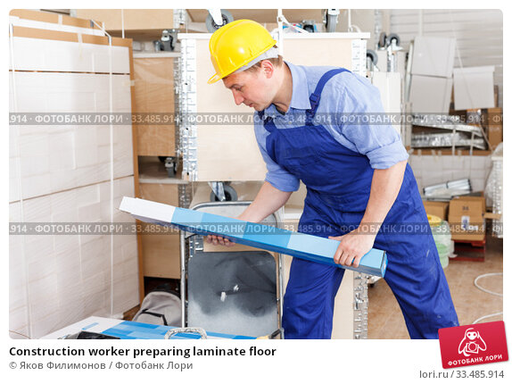 Купить «Construction worker preparing laminate floor», фото № 33485914, снято 4 мая 2018 г. (c) Яков Филимонов / Фотобанк Лори