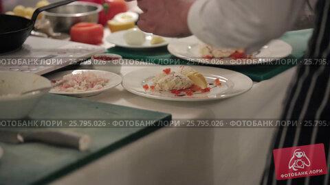 Cook cooking on a kitchen, видеоролик № 25795026, снято 14 марта 2016 г. (c) Алексей Макаров / Фотобанк Лори