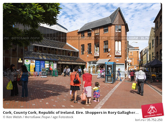 Cork, County Cork, Republic of Ireland. Eire. Shoppers in Rory Gallagher... (2013 год). Редакционное фото, фотограф Ken Welsh / age Fotostock / Фотобанк Лори