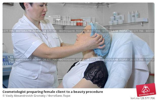 Купить «Cosmetologist preparing female client to a beauty procedure», фото № 28577706, снято 16 января 2019 г. (c) Vasily Alexandrovich Gronskiy / Фотобанк Лори