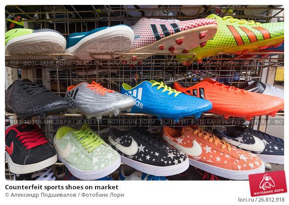 Купить «Counterfeit sports shoes on market», фото № 26812918, снято 14 марта 2017 г. (c) Александр Подшивалов / Фотобанк Лори