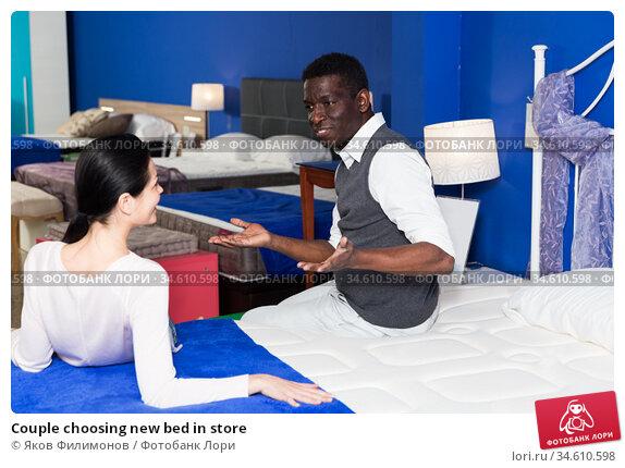 Couple choosing new bed in store. Стоковое фото, фотограф Яков Филимонов / Фотобанк Лори