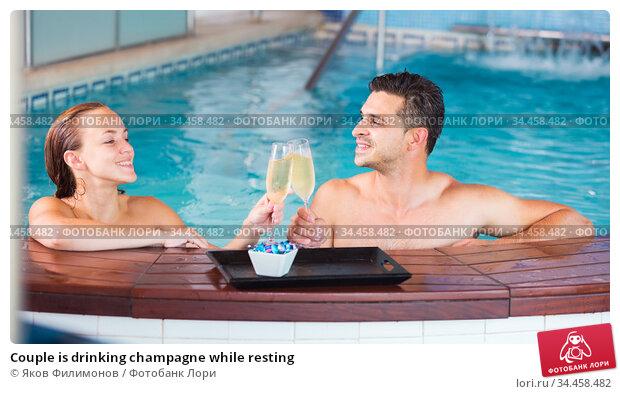 Couple is drinking champagne while resting. Стоковое фото, фотограф Яков Филимонов / Фотобанк Лори