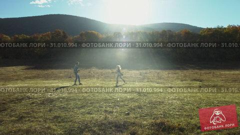 Couple running in field and have fun. Стоковое видео, видеограф Denis Mishchenko / Фотобанк Лори