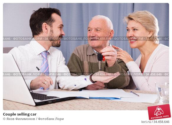 Couple selling car. Стоковое фото, фотограф Яков Филимонов / Фотобанк Лори