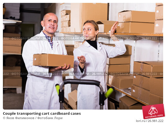 Couple transporting cart cardboard cases, фото № 26981222, снято 22 апреля 2017 г. (c) Яков Филимонов / Фотобанк Лори