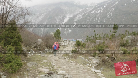 Купить «Couple walking among the mountains of Nepal», видеоролик № 28688278, снято 18 июня 2018 г. (c) Dzmitry Astapkovich / Фотобанк Лори