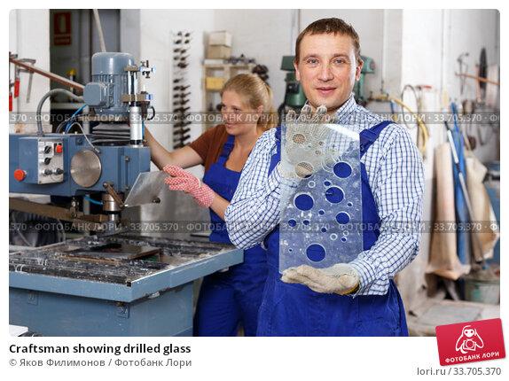 Купить «Craftsman showing drilled glass», фото № 33705370, снято 10 сентября 2018 г. (c) Яков Филимонов / Фотобанк Лори