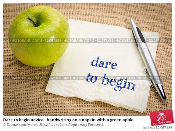 Dare to begin advice - handwriting on a napkin with a green apple. Стоковое фото, фотограф Zoonar.com/Marek Uliasz / easy Fotostock / Фотобанк Лори