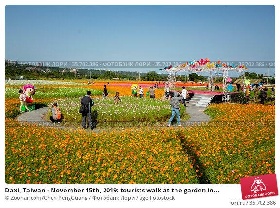 Daxi, Taiwan - November 15th, 2019: tourists walk at the garden in... Стоковое фото, фотограф Zoonar.com/Chen PengGuang / age Fotostock / Фотобанк Лори