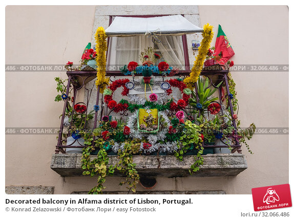 Decorated balcony in Alfama district of Lisbon, Portugal. Стоковое фото, фотограф Konrad Zelazowski / easy Fotostock / Фотобанк Лори