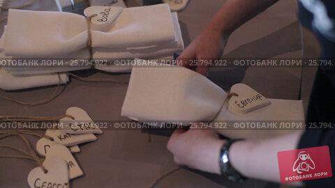 Decorating napkins for wedding, видеоролик № 25794922, снято 2 марта 2016 г. (c) Алексей Макаров / Фотобанк Лори