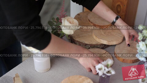 Decorating wedding table, видеоролик № 25794938, снято 2 марта 2016 г. (c) Алексей Макаров / Фотобанк Лори