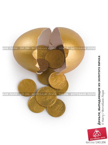 Деньги, выпадающие из золотого яичка, фото № 243206, снято 18 января 2017 г. (c) Harry / Фотобанк Лори