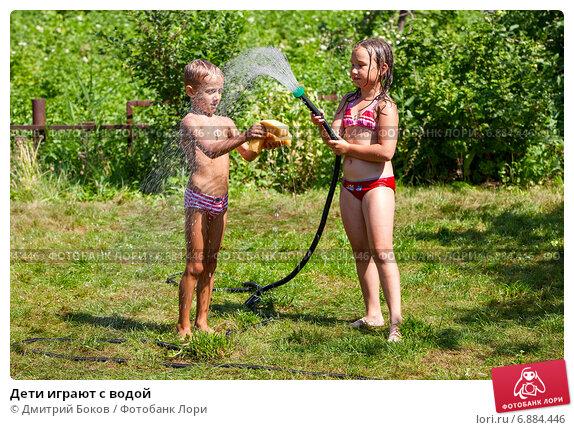 Купить «Дети играют с водой», фото № 6884446, снято 24 июля 2011 г. (c) Дмитрий Боков / Фотобанк Лори