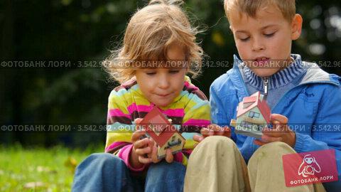 Купить «Дети с игрушечными домиками», видеоролик № 3542962, снято 5 октября 2009 г. (c) Losevsky Pavel / Фотобанк Лори